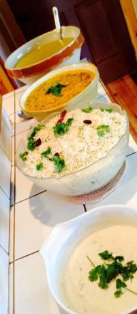 Dal tadka, jeera rice et raita au concombre